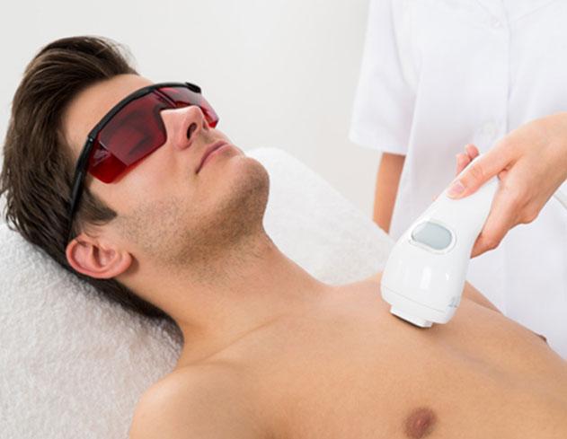یک مرد در حال انجام لیزر موهای زاپد - مراحل لیزر موهای زائد